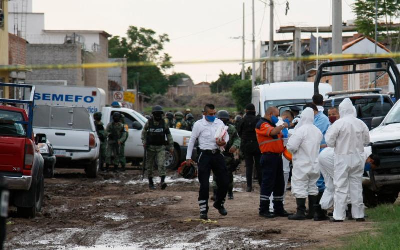 Forensic service personnel prepare to enter an unregistered drug rehabilitation center in Irapuato - Mario Armas/AP