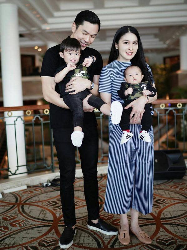 Sandra Dewi dan keluarga. (Sumber: Instagram @sandradewi88)