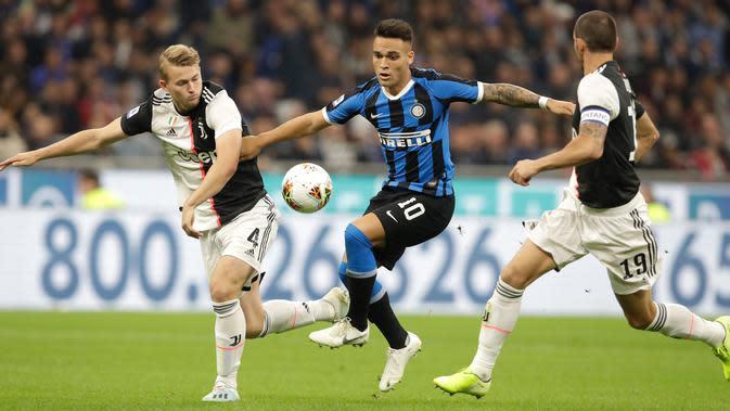 Bek Juventus, Matthijs de Ligt dan rekannya Leonardo Bonucci berebut bola dengan pemain Inter Milan Lautaro Martinez dalam lanjutan kompetisi Serie A 2019-2020 di Stadion Giuseppe Meazza, Minggu (6/10/2019). Juventus memenangi duel bertajuk Derby d'Italia dengan keunggulan 2-1. (AP/Luca Bruno)