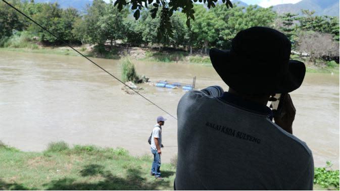 Petugas BKSDA Sulteng sedang mengecek kondisi perangkap di Sungai Palu, Jumat (28/2/2020). (Liputan6.com/Heri Susanto)