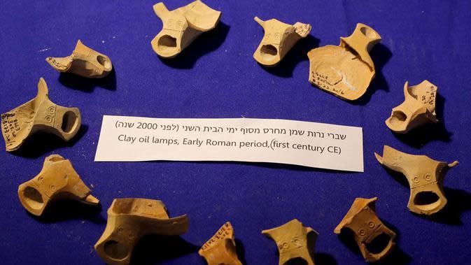 Lampu minyak tanah liat di sebuah situs penggalian arkeologi di Yerusalem (19/5/2020). Para arkeolog Israel berhasil menemukan sistem bawah tanah unik berusia sekitar 2.000 tahun, yang dipahat di batuan dasar dekat Western Wall Plaza di Yerusalem kuno. (Xinhua/Gil Cohen Magen)