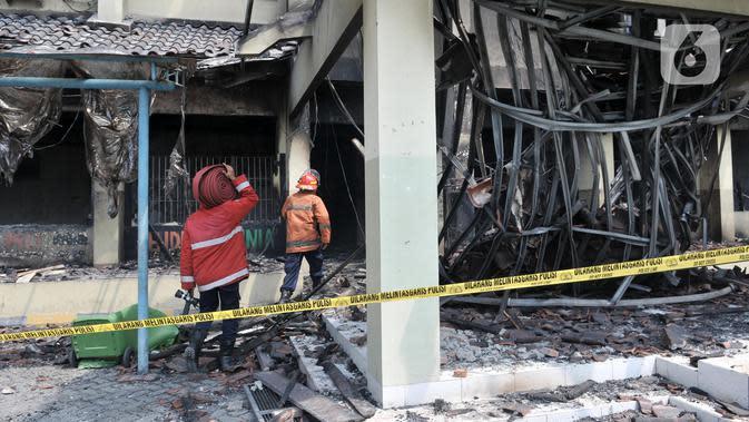 Petugas pemadam kebakaran tiba saat api kembali muncul di Gedung SMK Yadika 6, Jatiwaringin, Pondok Gede, Kota Bekasi, Jawa Barat, Selasa (19/11/2019). Kebakaran kembali terjadi di Gedung SMK Yadika 6 sekitar pukul 12.30 WIB. (merdeka.com/Iqbal Nugroho)