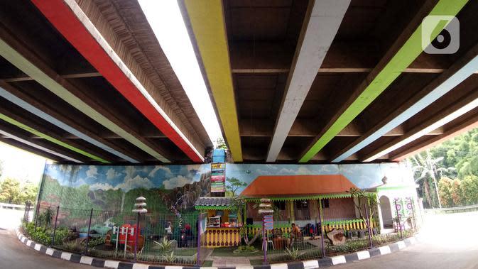 Warga beraktivitas di Taman Betawi Bale Joglo yang terletak di kolong tol JORR W2, Joglo, Jakarta, Senin (13/1/2020). Bale Joglo didirikan untuk memberikan ruang interaksi kepada masyarakat agar dapat bersantai saat melintasi kawasan tersebut. (Liputan6.com/Angga Yuniar)