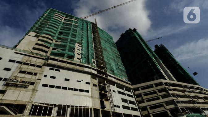 Progres proyek pembangunan apartemen di Stasiun Tanjung Barat, Jakarta, Sabtu (22/2/2020). Apartemen alisan hunian vertical yang terintegrasi dengan pusat perbelanjaan serta perkantoran menjadi pilihan kaum urban dari kalangan profesional muda. (merdeka.com/Imam Buhori)