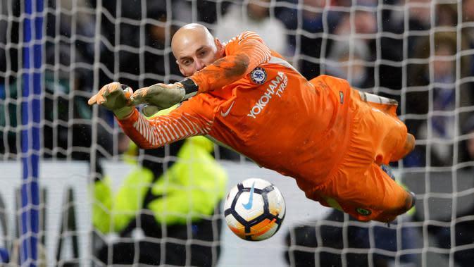 Kiper Chelsea, Willy Caballero menangkap bola saat adu penalti dengan Norwich City pada laga ulangan babak ketiga Piala FA di Stadion Stamford Bridge, Rabu (17/1). Chelsea melaju ke babak keempat Piala FA lewat kemenangan dramatis. (AP/Alastair Grant)