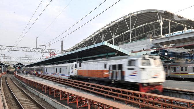 Kereta api melintas di salah satu jalur Stasiun Manggarai, Jakarta, Rabu (9/10/2019). Rencana pemindahan pelayanan KA jarak jauh dari Stasiun Gambir ke Stasiun Manggarai agar kapasitas pengguna KA semakin banyak. (merdeka.com/Iqbal S. Nugroho)