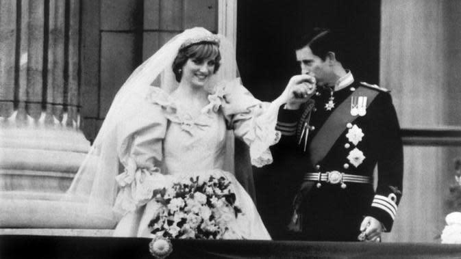 Pangeran Charles mencium tangan Diana Spencer, di balkon Istana Buckingham ketika mereka muncul di hadapan publik, 29 Juli 1981, setelah menikah di St. Paul Cathedral. (Arsip AFP)