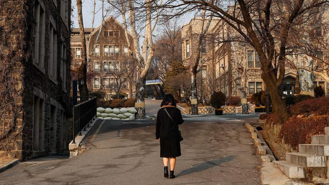 Seorang wanita berjalan di area kampus Universitas Yonsei, Seoul, Korea Selatan, 30 Januari 2019. Seoul, ibu kota sekaligus kota terbesar di Korea Selatan, merupakan kota metropolitan yang dinamis dengan kombinasi antara budaya kuno dan modern. (Xinhua/Wang Jingqiang)