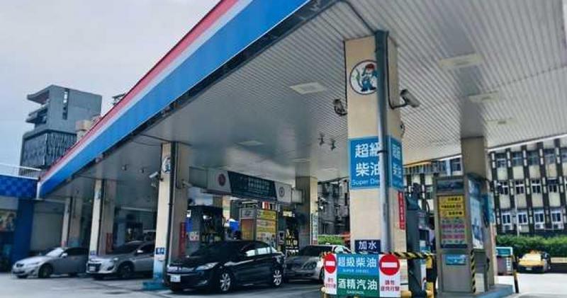 中油宣布汽柴油明日分別調漲0.2、0.1元。(圖/黃威彬攝)