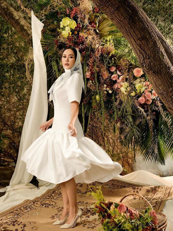 Sebelumnya, Aura Kasih juga membagikan potret mengenakan kerudung putih dengan balutan busana putih-putih. Menjalani pemotretan untuk lagu Renjana yang dikenalkan di Youtube. (Instagram/aurakasih)