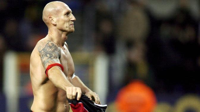 Jaap Stam – Jaap Stam turut mengantarkan The Red Devils meraih treble winner pada 1999. Perselisihan dengan Alex Ferguson membuat Stam dijual ke Lazio dengan harga 16,5 juta pound sterling. (EPA/Yves Boucau-Michel Krakowski)