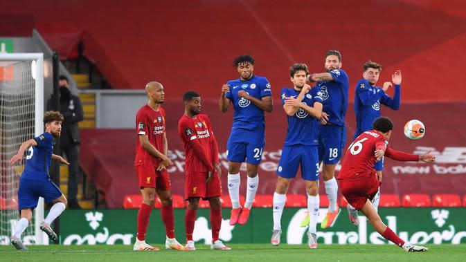 Bek Liverpool, Trent Alexander-Arnold, melakukan tendangan bebas ke arah gawang Chelsea pada laga lanjutan Premier League pekan ke-37 di Stadion Anfield, Kamis (23/7/2020) dini hari WIB. Liverpool menang 5-3 atas Chelsea. (AFP/Laurence Griffiths/pool)