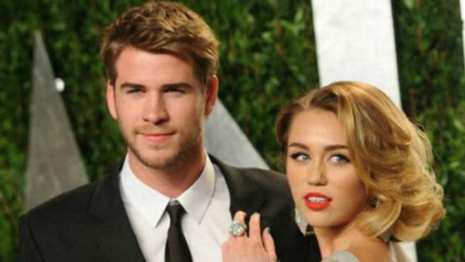 Liam Hemsworth dan Miley Cyrus resmi bercerai. (AP Photo)
