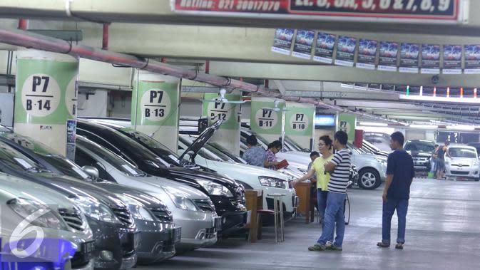 Sejumlah pengunjung melihat mobil bekas yang dijual di WTC Mangga Dua, Jakarta, Kamis (6/10). Pedagang mobil bekas di lokasi tersebut mengakui alami penurunan penjualan di bulan ini. (Liputan6.com/Angga Yuniar)