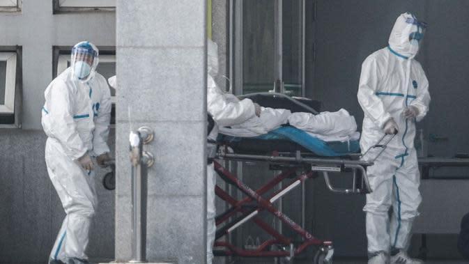 Staf medis memindahkan seorang pasien dari ambulans ke rumah sakit Jinyintan, tempat pasien-pasien terinfeksi virus corona dirawat di Wuhan, provinsi Hubei, China pada Senin 20 Januari 2020. (Source: AP)