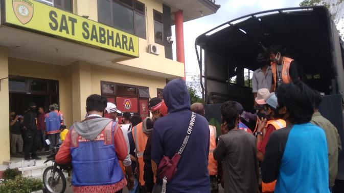 Puluhan orang jukir di Kota Palembang yang dirazia, dibawa ke Mapolrestabes Palembang untuk dibina (Liputan6.com / Nefri Inge)