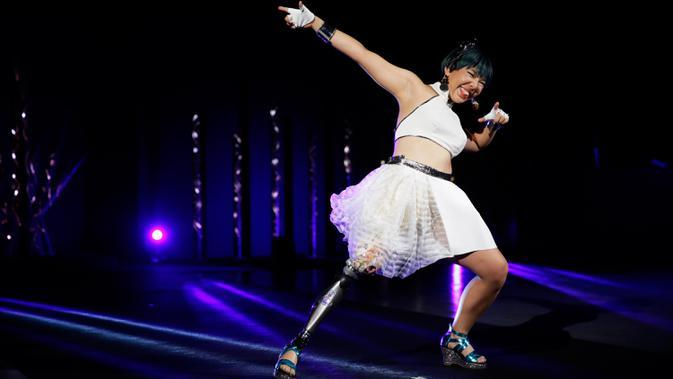 Atlet paralimpiade Jepang, Kaede Maegawa berpartisipasi dalam fashion show bertajuk