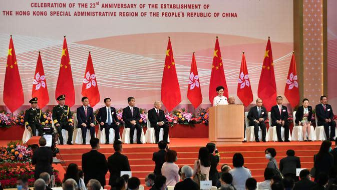 Kepala Eksekutif Hong Kong Carrie Lam (tengah) berbicara kepada para tamu usai upacara pengibaran bendera untuk menandai 23 tahun penyerahan Hong Kong dari Inggris ke China di Hong Kong, Rabu (1/7/2020). Hong Kong menandai 23 tahun penyerahan dari Inggris ke Cina pada 1 Juli. (Anthony WALLACE/AFP)