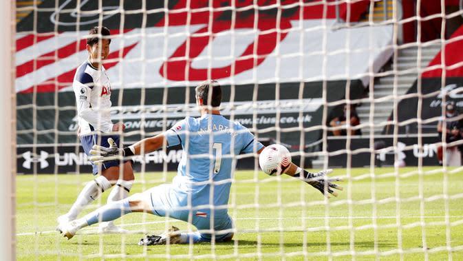 Pemain Tottenham Hotspur Son Heung-min (kiri) mencetak gol ke gawang Southampton pada pertandingan Liga Premier Inggris di Stadion St. Mary, Southampton, Inggris, Minggu (20/9/2020). Tottenham menekuk Southampton 5-2, Son Heung-min menyumbang empat gol. (Andrew Boyers/Pool via AP)