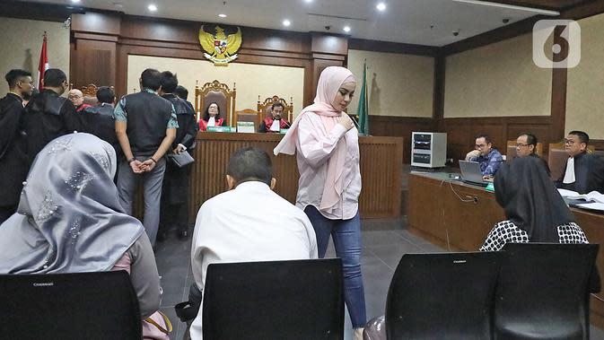 Artis Jennifer Dunn saat menjadi saksi dalam sidang TPPU dan korupsi alkes di Pemprov Banten dan Pemkot Tangsel dengan terdakwa Tubagus Chaeri Wardana di Pengadilan Tipikor, Jakarta, Kamis (12/3/2020). Sidang beragendakan mendengar keterangan saksi JPU KPK. (Liputan6.com/Herman Zakharia)