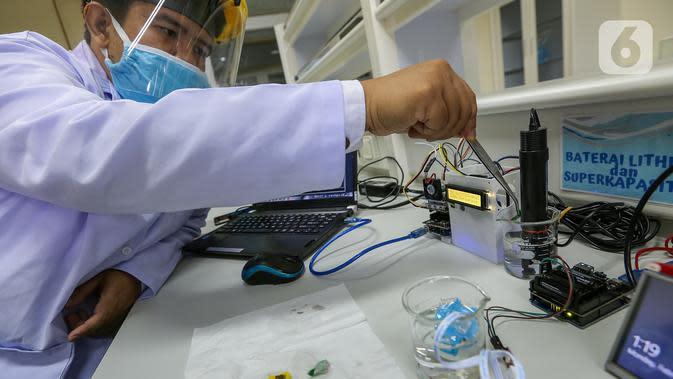 Peneliti melakukan proses uji PH pada kain berlapis tembaga di Pusat Penelitian Fisika LIPI Puspitek, Serpong, Tangerang Selatan, Senin (8/6/2020). Tim peneliti berhasil mengembangkan masker kain disinfektor yang mampu membunuh virus Covid-19 dan bisa dicuci ulang. (Liputan6.com/Fery Pradolo)