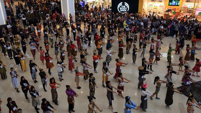 Sebanyak 1.300 peserta mengikuti kegiatan Indonesia Menari 2019 di The Par Mall Solo Baru, Minggu (17/11).(Liputan6.com/Fajar Abrori)