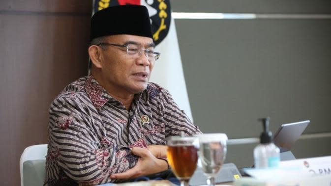 Menko PMK Muhadjir Effendy menjelaskan penyaluran JPS tahap pertama berlangsung baik saat Rapat Koordinasi Tingkat Menteri pada Rabu (5/8/2020). (Dok Kementerian Koordinator Bidang Pembangunan Manusia dan Kebudayaan/Kemenko PMK)