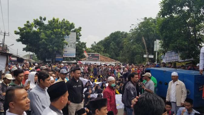 Ratusan santri menutup jalan di Kosambi, Kabupaten Tangerang, Rabu (15/1/2020). Aksi protes itu buntut dari adanya santri yang tertabrak truk tanah. (Pramita Tristiawati/Liputan6.com)