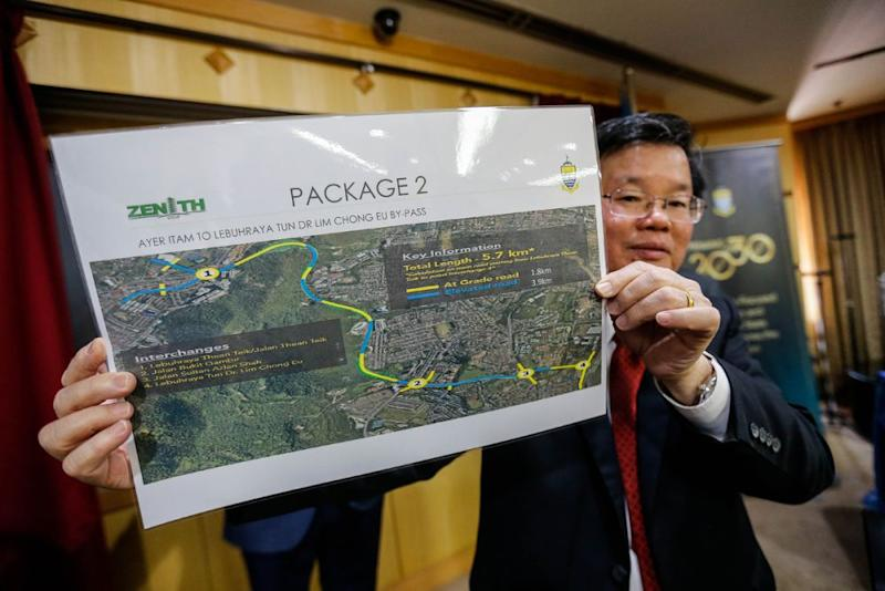 Penang Chief Minister Chow Kon Yeow holds up a plan detailing the construction of an RM851 million highway linking Thean Teik Expressway to the Tun Dr Lim Chong Eu Expressway at Komtar, George Town October 11, 2019. — Picture by Sayuti Zainudin