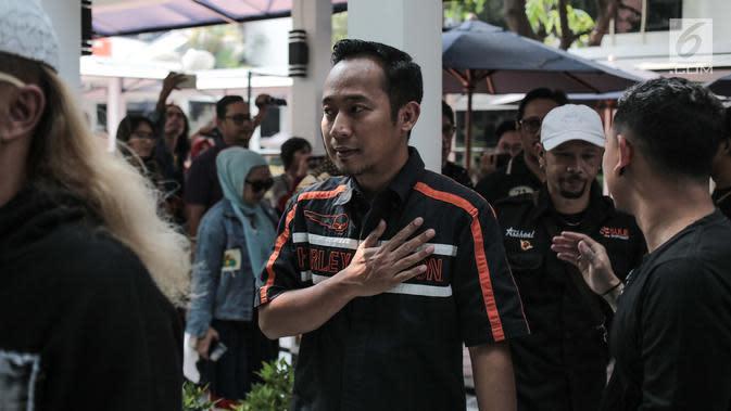 Komedian Denny Cagur datang mengunjungi pelawak Tri Retno Prayudati alias Nunung Srimulat di Rumah Tahanan Narkoba Mapolda Metro Jaya, Jakarta, Kamis (25/7/2019). Nunung ditangkap pihak kepolisian pada 19 Juli lalu bersama suaminya, July Jan Sambiran di kediamannya. (Liputan6.com/Faizal Fanani)