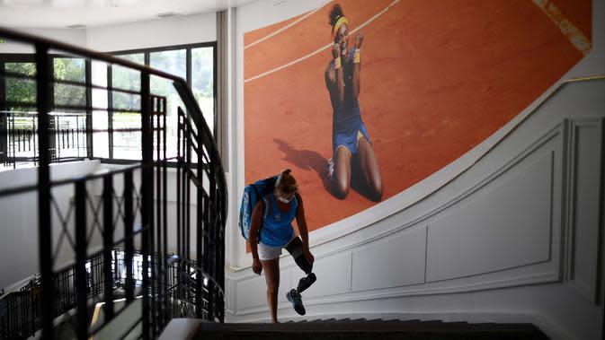 Atlet para tenis Prancis Pauline Deroulede kembali ke hotelnya setelah pertandingannya pada turnamen tenis kursi roda French Riviera Open edisi ke-4 di Biot, 28 September 2020. Pauline Deroulede saat ini tengah fokus terhadap Paralimpiade Paris 2024. (FRANCK FIFE/AFP)