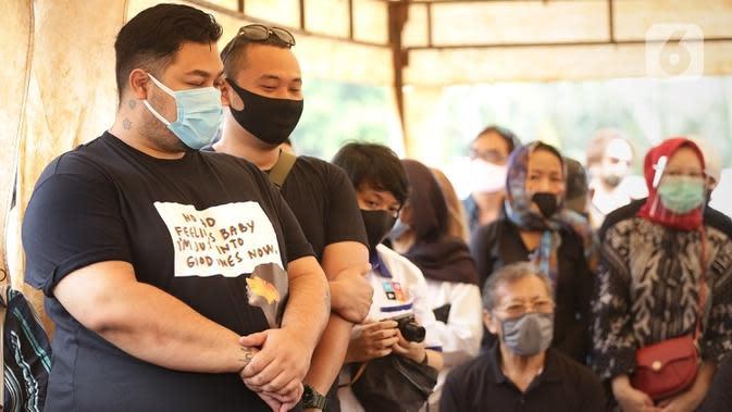Ivan Gunawan (kiri) saat menghadiri pemakaman almarhum ayahnya Bambang Tjahyo Gunawan di TPU Kampung Kandang, Jagakarsa, Jakarta Selatan, Senin (13/7/2020). Menurut Ivan Gunawan, sang ayah meninggal dunia secara mendadak. (Fimela.com/Bambang Ekoros Purnama)