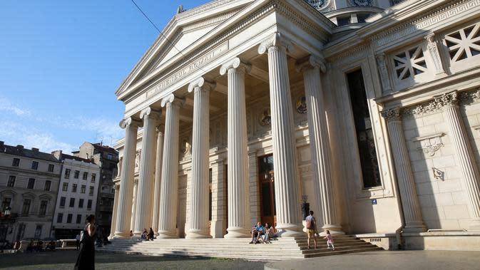 Warga mengunjungi gedung konser Romanian Athenaeum di Bucharest, Rumania, pada 7 Juni 2020. Setelah dua tahap penerapan langkah pelonggaran, warga Rumania kini menjalani