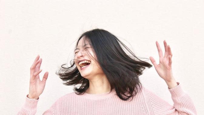 Ilustrasi orang bahagia. Sumber foto: unsplash.com/Gabrielle Henderson.