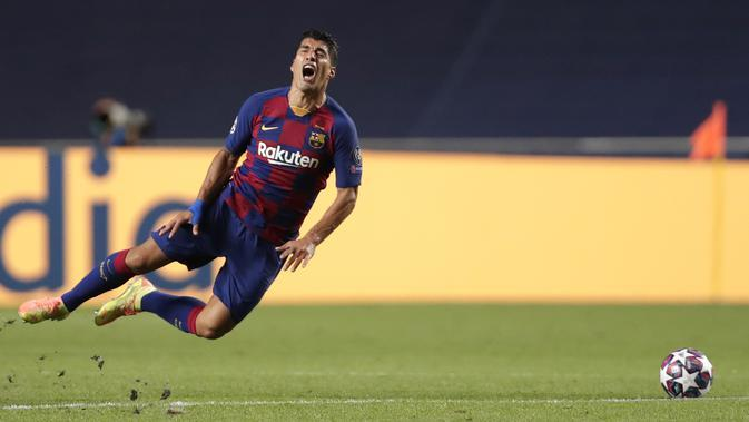 Pemain Barcelona Luis Suarez meringis usai dilanggar pemain Bayern Munchen pada pertandingan perempat final Liga Champions di Stadion Luz, Lisbon, Portugal, Jumat (14/8/2020). Bayern Munchen membantai Barcelona dengan skor 8-2. (AP Photo/Manu Fernandez/Pool)