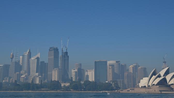 Asap dari kebakaran hutan menyelimuti Sydney di Australia, Selasa (19/11/2019). Sydney diselimuti kabut asap saat kebakaran hutan di timur Australia menyebabkan tingkat polusi di kota terbesar Australia itu naik tajam. (Photo by PETER PARKS / AFP)