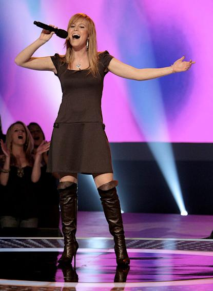 Leslie Hunt performs in front of the judges on 6th season of American Idol.