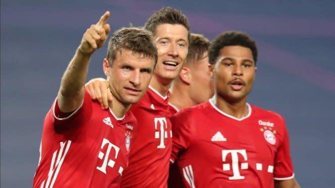 Para pemain Bayern Munich rayakan gol.