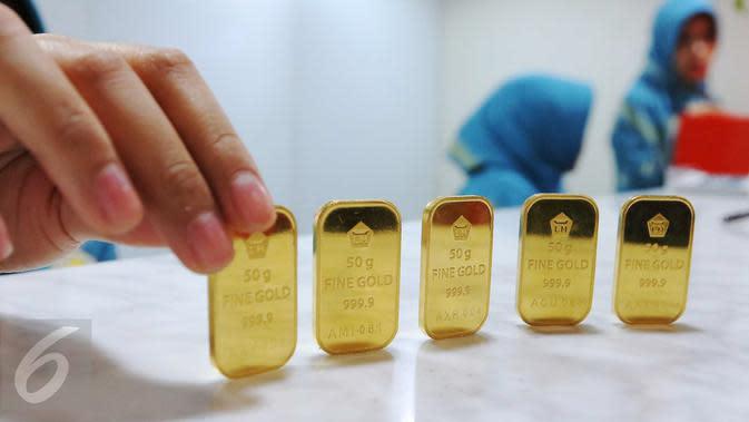 Petugas menunjukkan emas batangan di gerai Butik Emas Antam di Jakarta. (Liputan6.com/Angga Yuniar). (Liputan6.com/Angga Yuniar)