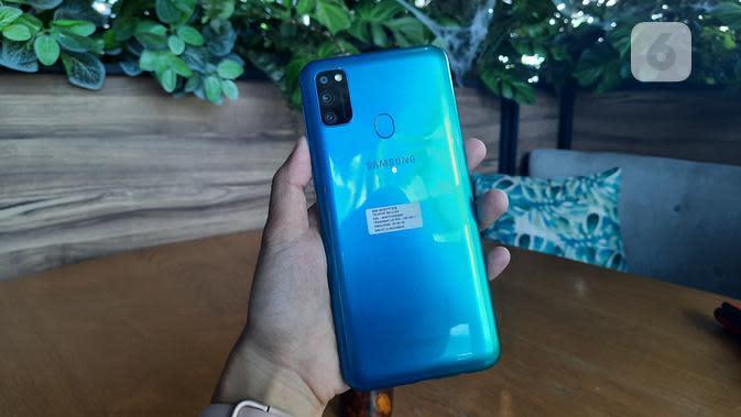 Bodi belakang Samsung Galaxy M30s, terdapat tiga kamera utama 48MP, 8MP, dan 5MP serta fingerprint scanner. (Liputan6.com/ Agustin Setyo W).