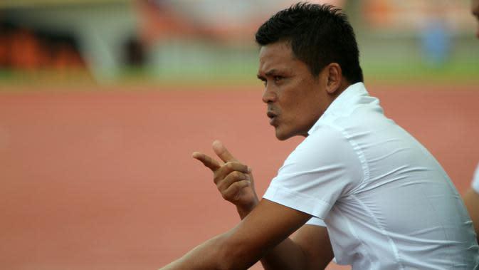 Hendri Susilo akan minta bantuan NDRC untuk menyelesaikan kasus tunggakan lima bulan gajinya selama melatih PSPS pada Liga 2 2018. (Bola.com/Gatot Susetyo)