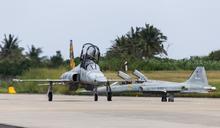 F-5戰機特檢後復飛 空軍司令熊厚基率先同乘