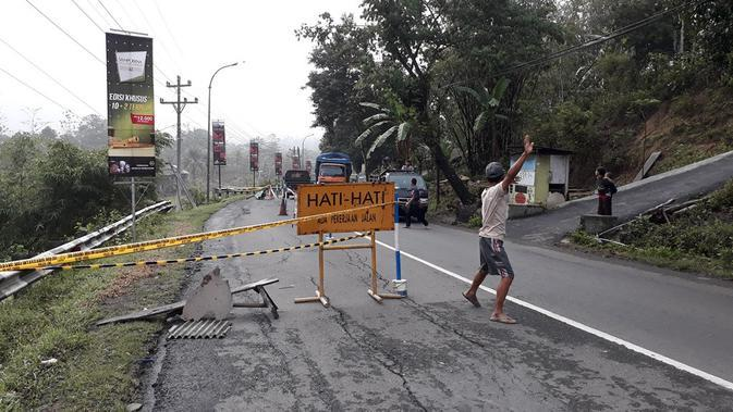 Ilustrasi - Perbaikan jalan longsor di jalur Cilacap. (Foto: Liputan6.com/Muhamad Ridlo)