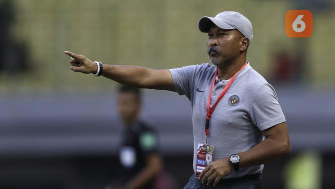 Pelatih Timnas Indonesia U-19, Fakhri Husaini. (Bola.com/Yoppy Renato)