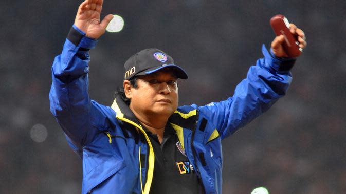 Pelatih yang meraih kesuksesan bersama Arema, Suharno. (Bola.com/Iwan Setiawan)