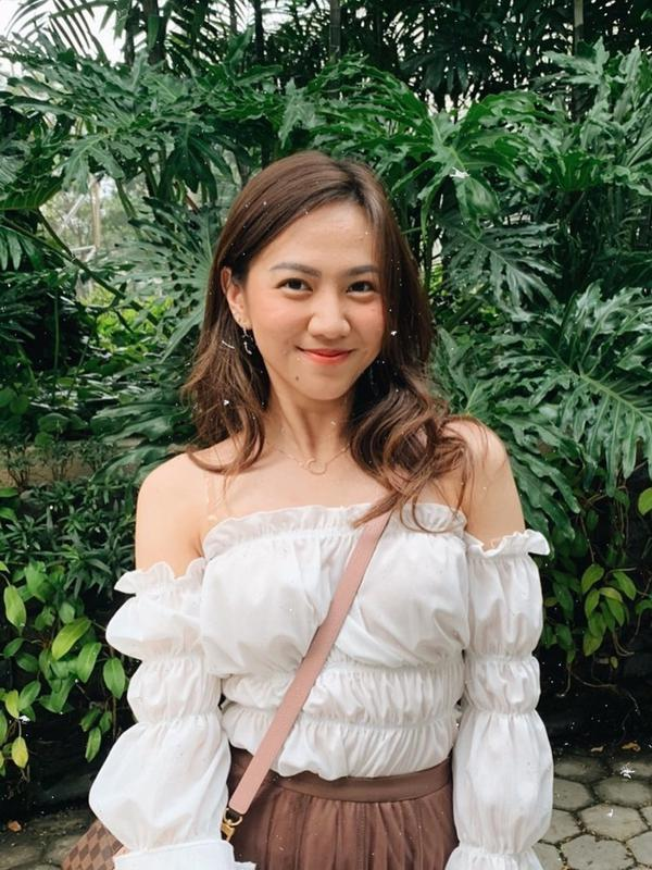 Gaya Shania Eks JKT48 saat menggunakan busana putih model Off Shoulder dan dipadukan dengan bawahan berwarna coklat membuat penampilannya terlihat menawan. Ia juga memilih menggunakan makeup sederhana dengan rambut terurai. (Liputan6.com/IG/@shanju)