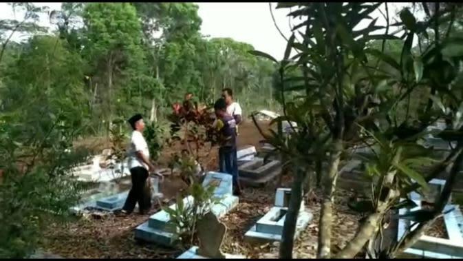 Sejumlah warga tengah menghitung jumlah pembongkaran makam yang dilakukan secara misterius di Tasikmalaya, Jawa Barat (Liputan6.com/Jayadi Supriadin)