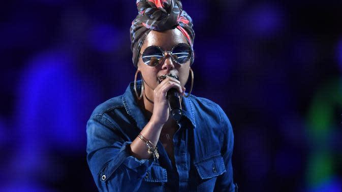 Menggunakan make up nampaknya sudah menjadi kebiasaan kaum wanita, terlebih para selebriti yang selalu tampil di muka umum. Hal ini sepertinya tak berlaku untuk penyanyi cantik Alicia Keys. (AFP/Bintang.com)