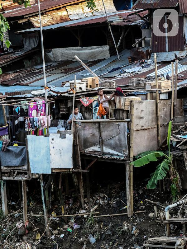 Anak-anak bermain di bantaran sungai Ciliwung, Pemukimannya, Manggarai, Jakarta, Selasa (29/9/2020). Dimana kemiskinan kemungkinan akan naik sekitar 3,02 hingga 5,71 juta orang Dan pengangguran meningkat kurang lebih 4-5,23 juta orang, saat Indonesia masuk resesi. (Liputan6.com/Johan Tallo)