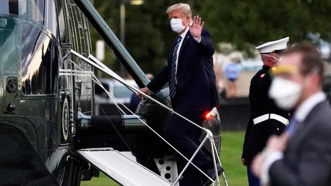 Presiden Donald Trump menaiki Marine One menuju Gedung Putih setelah meninggalkan Walter Reed National Military Medical Center di Bethesda, Maryland, Senin (5/10/2020). Donald Trump meninggalkan rumah sakit tempat dia dirawat karena Covid-19 dan langsung kembali ke Gedung Putih (AP Photo/Evan Vucci)
